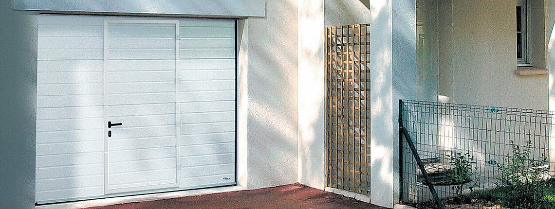 Garagen-Sektionaltor in weiß mit Schlupftüre